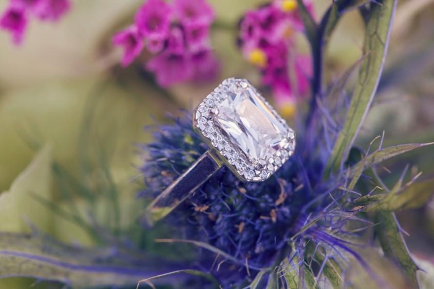 Luxusní zásnubní prsten s velkým diamantem na bodláku. Dodalo online zlatnictví Eppi.