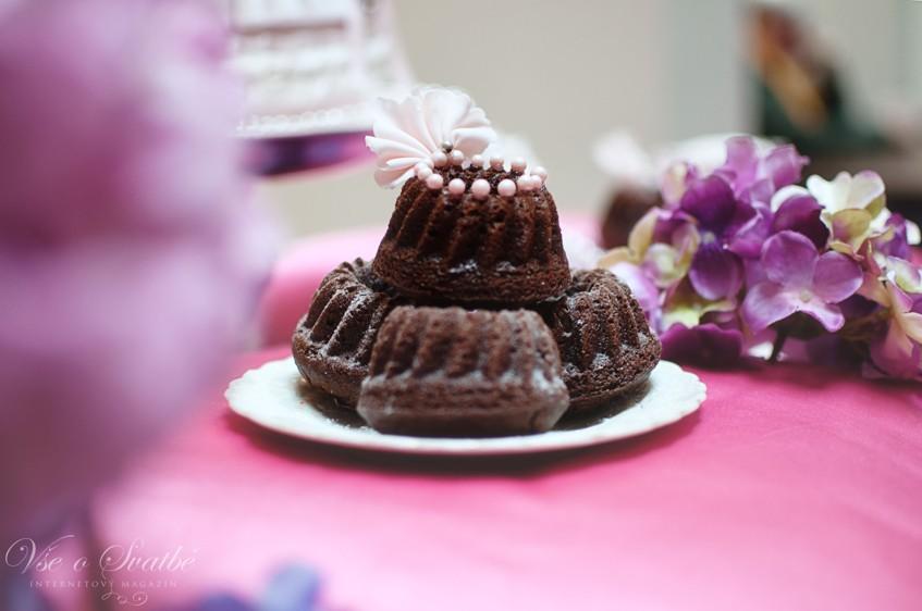 Minibábovky jsou stylovou alternativou dortu na zásnubní party.