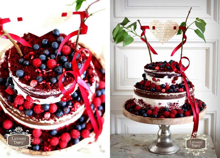 Nahý třípatrový dort red velvet s lesním ovocem.
