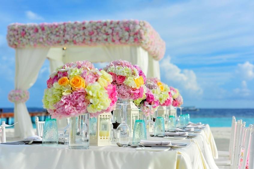 Svatba na tropické pláži s horkými teplotami