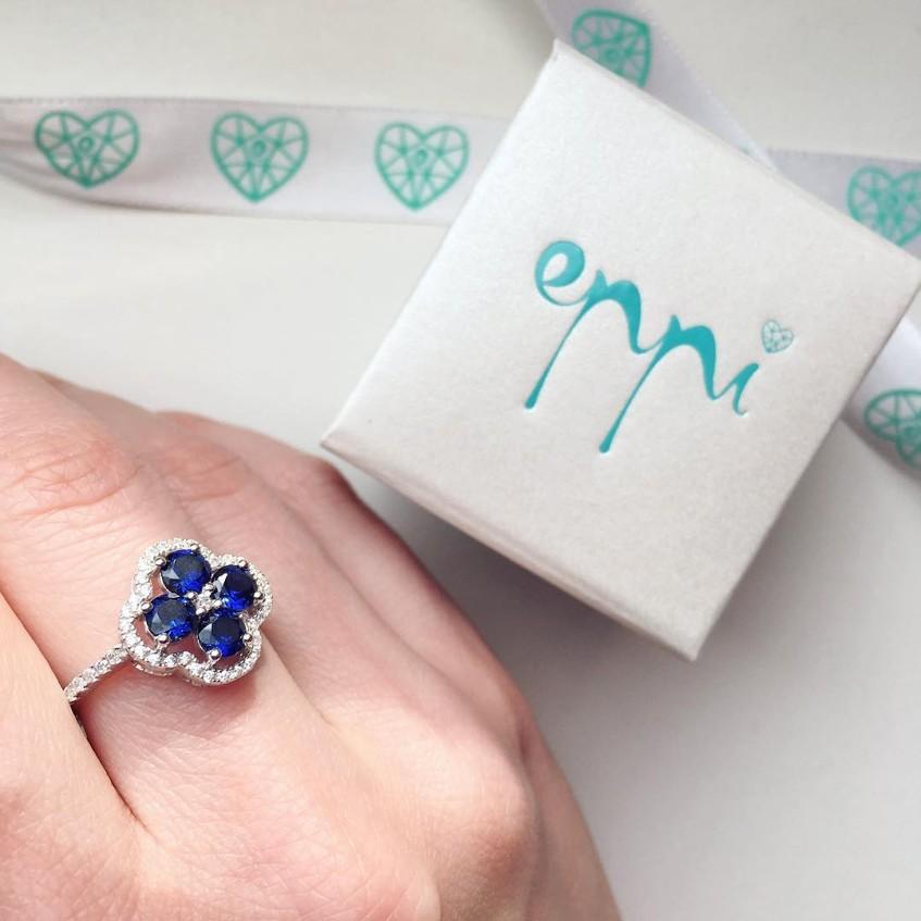 Zásnubní prsten s modrým kamenem ve tvaru kytičky od internetového zlatnictví Eppi.