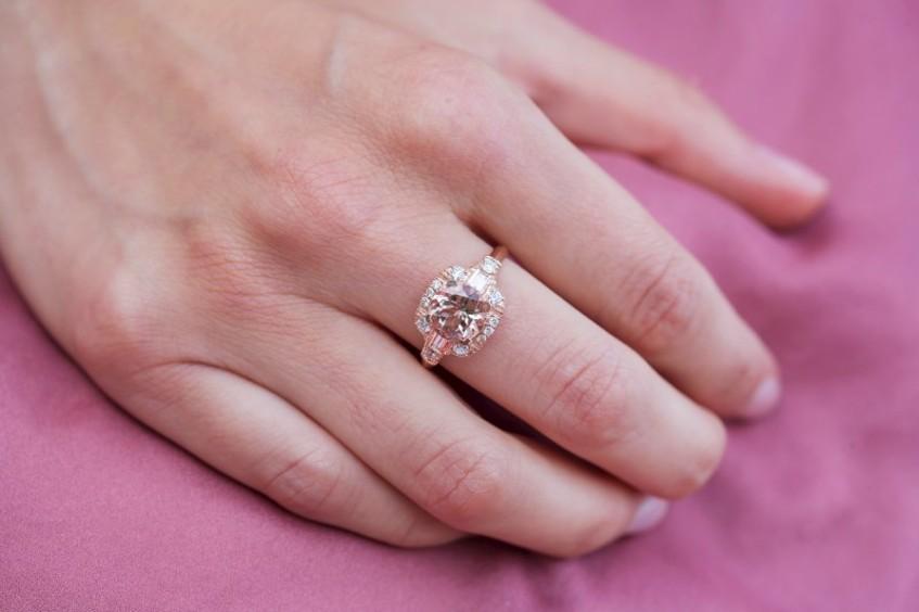 Zásnubní prsten s velkým kamenem a svatozáří z malých diamantů z internetového zlatnictví.