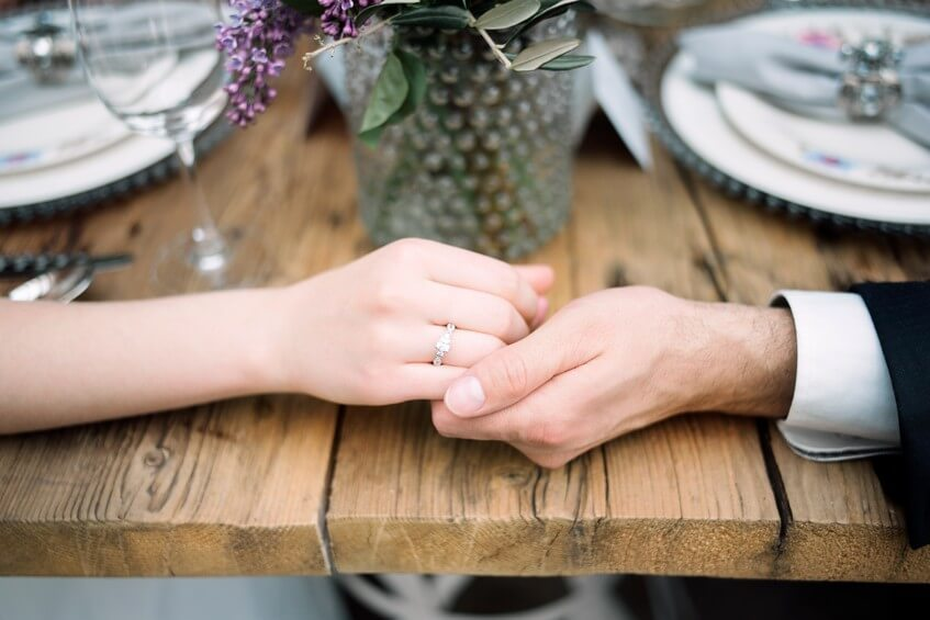 Detail rukou ženicha a nevěsty s prstýnky.