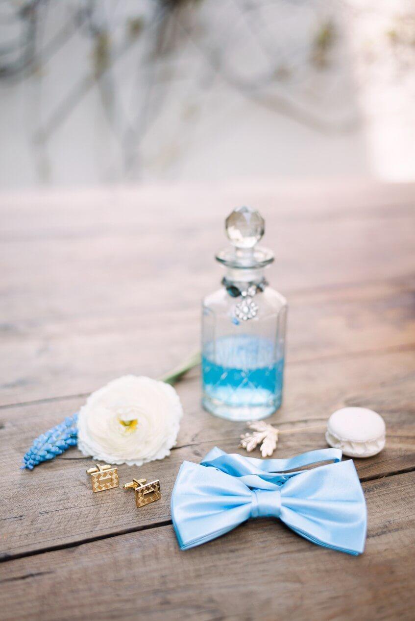 Doplňky pro ženicha v nebesky modré barvě.