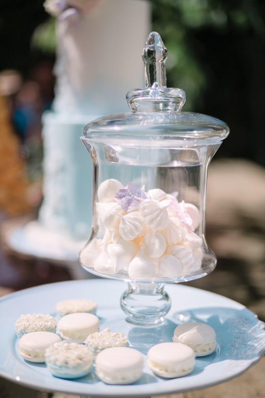 Dóza plná pusinek na svatební sweet bar.