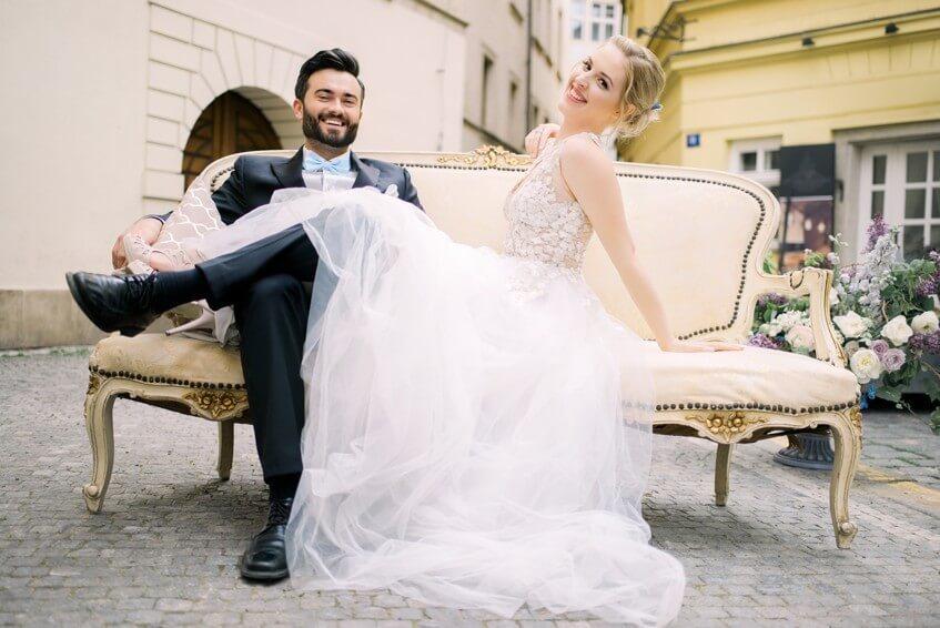 Focení uprostřed Prahy s béžovým gaučem.