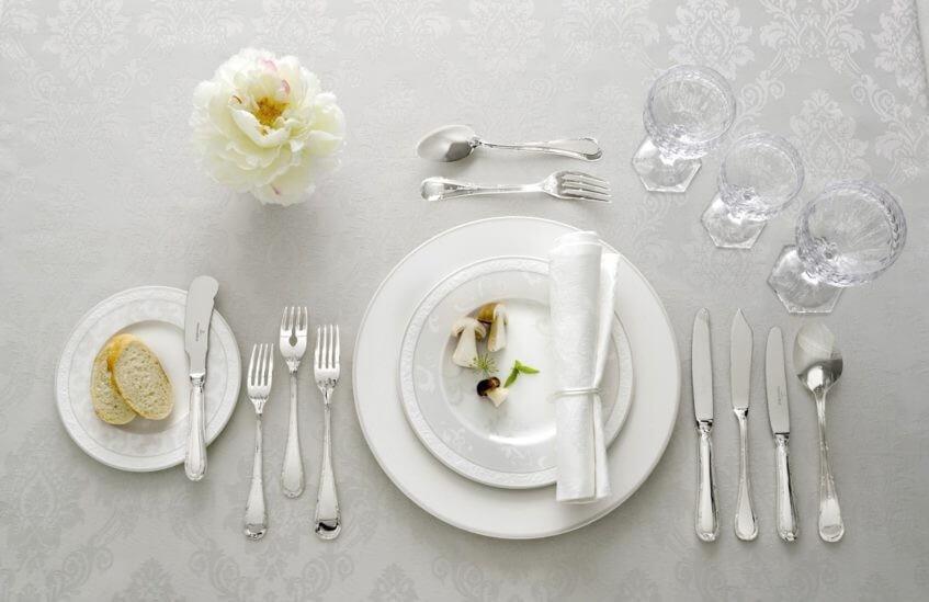 Elegantní stolování vyžaduje kvalitní porcelánový servis a příbory.