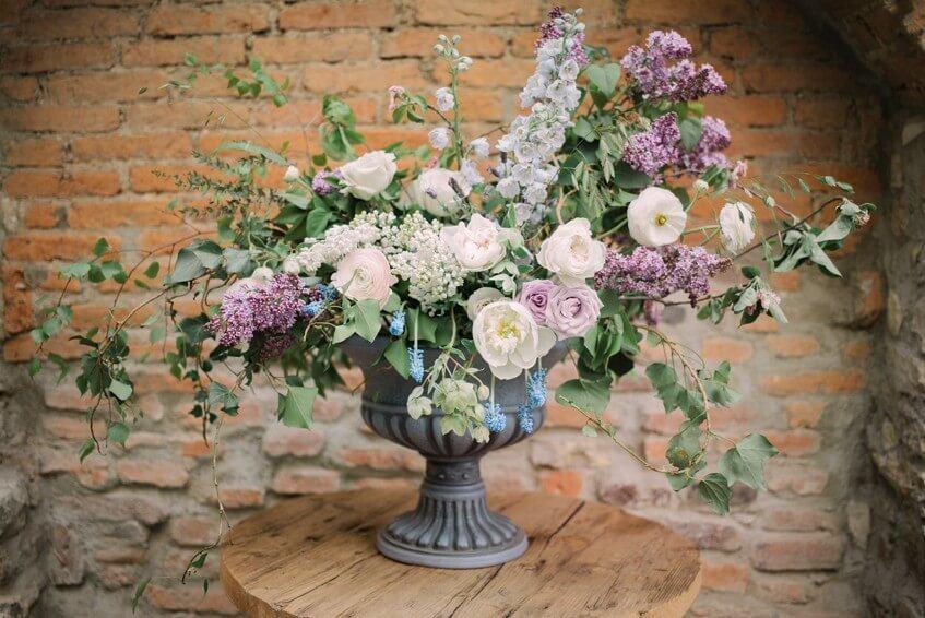 Ležérní svatební květinová výzdoba se šeříky.
