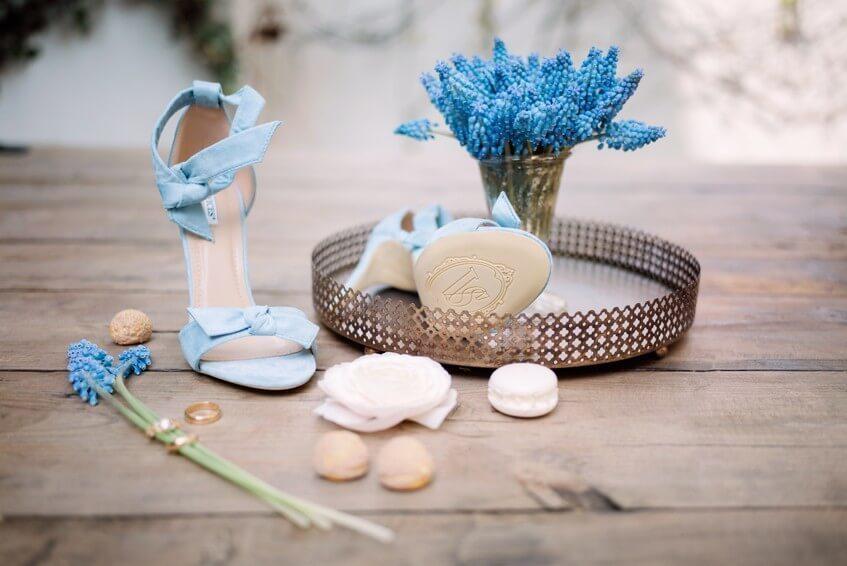 Modré sandálky pro nevěstu na svatbu.