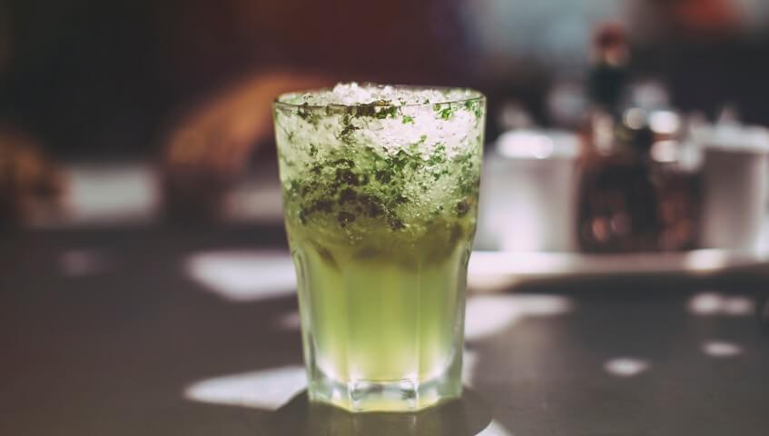 Mochito je jeden z tradičních letních drinků.
