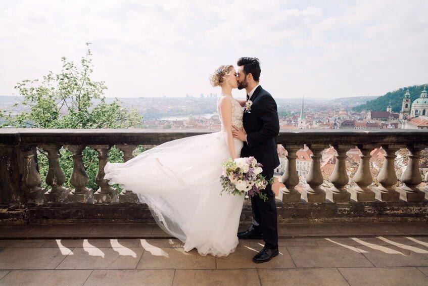 Nevěsta a ženich v Lobkowiczkém paláci.