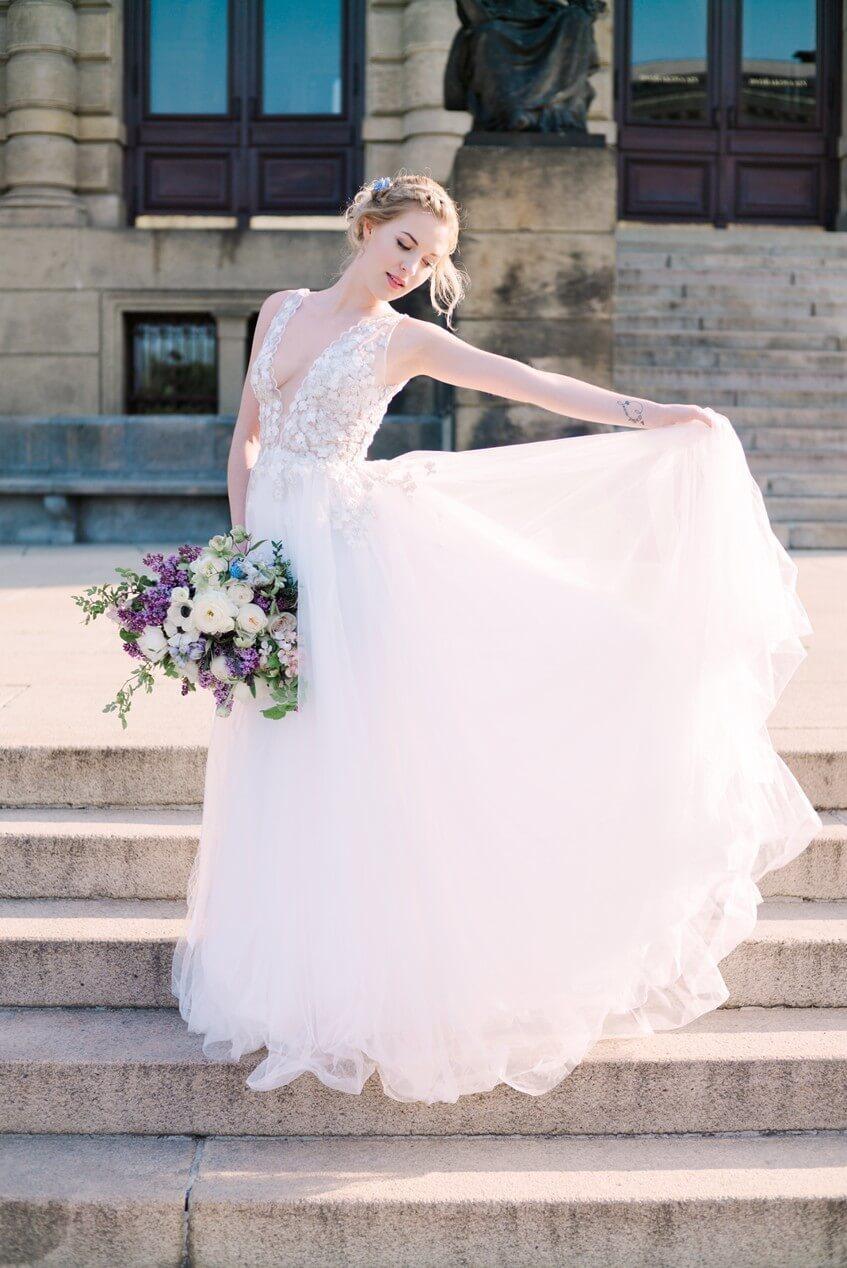 Nevěsta ve svatebních šatech se šifonovou sukní bez vlečky.