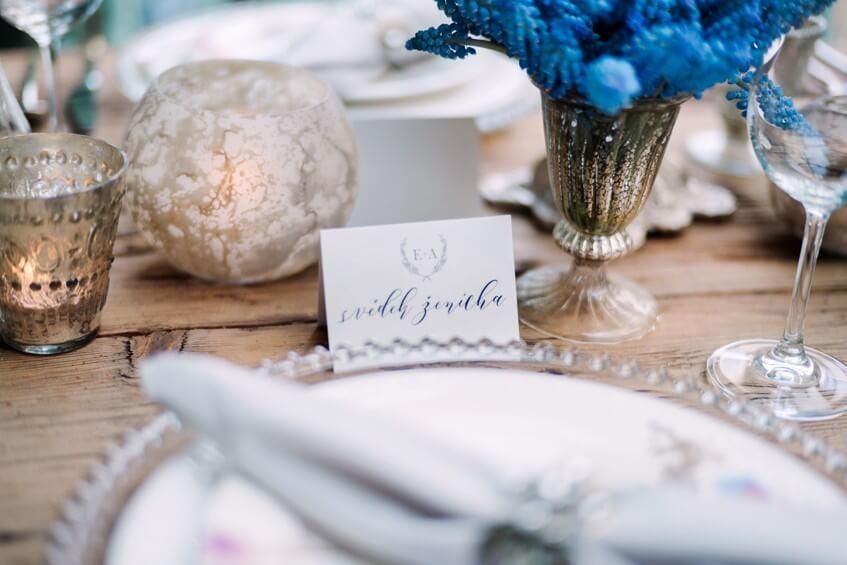 Ručně psané svatební jmenovky.