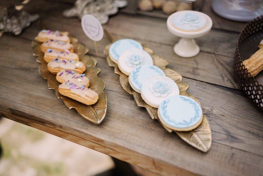 Ručně zdobené svatební sušenky.