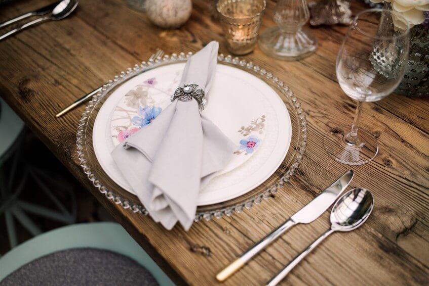 Kombinace různých typů porcelánu jdou krásně dohromady.
