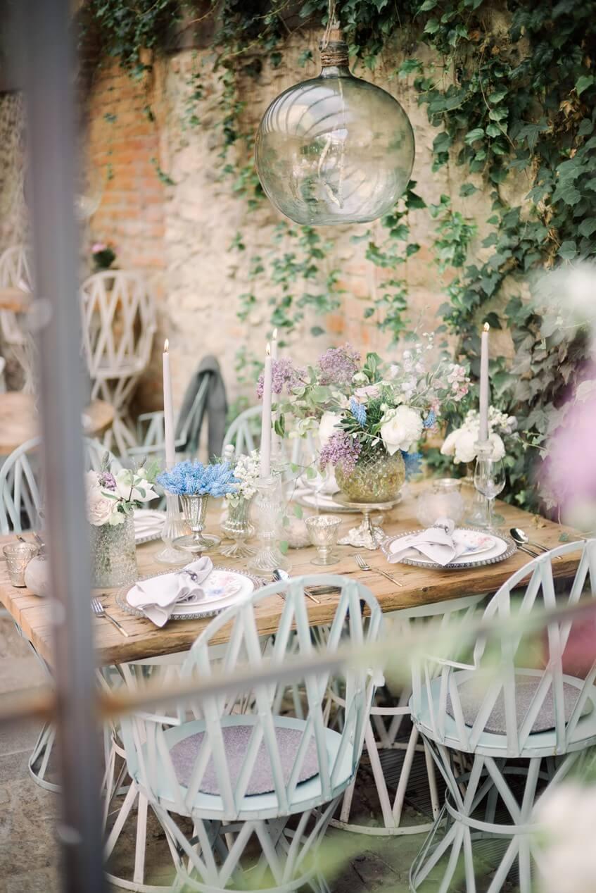 Svatební stůl je doplněný železnými židlemi.