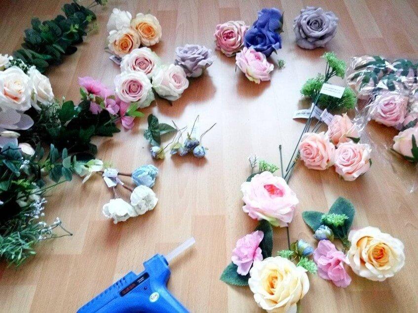 Svatební dekorace budou ručně vyrobené z umělých květin.