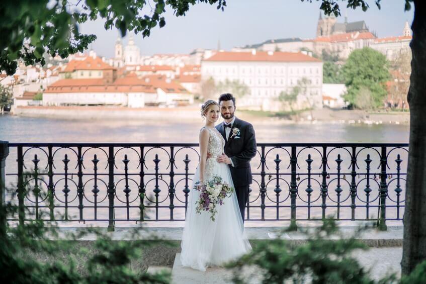 Svatební focení na nábřeží Vltavy.