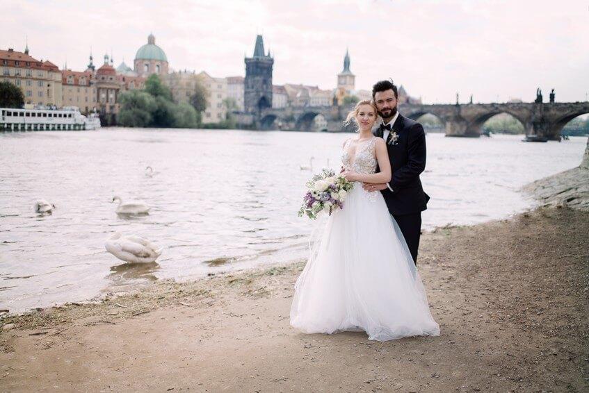 Svatební focení s labutěmi u Vltavy.