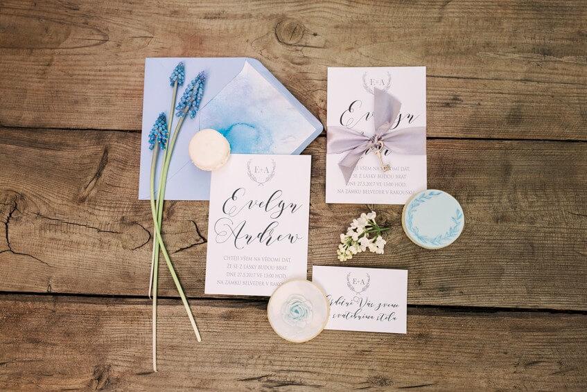 Svatební oznámení a jmenovky v bledě modré barvě.