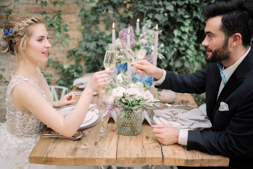 Svatební přípitek na hostině.