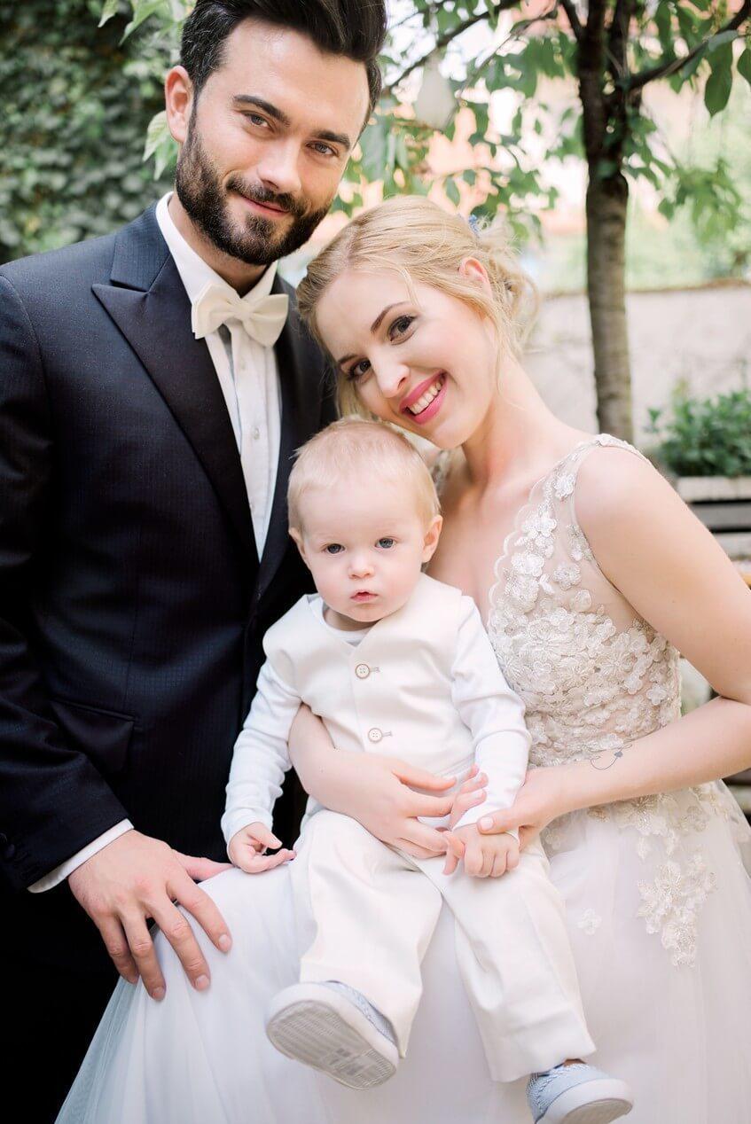Ženich, nevěsta a malý chlapec na svatbě.