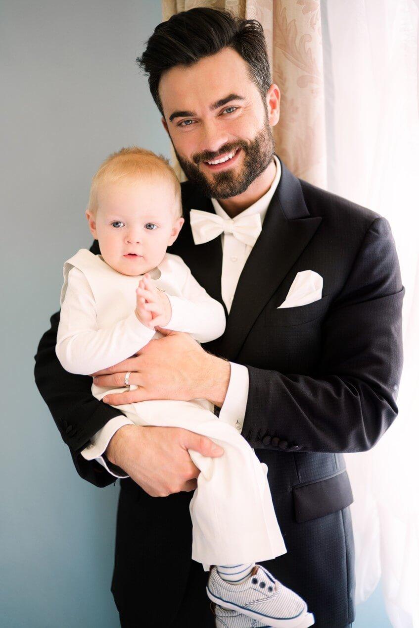 Ženich se synem v bílém obleku pro děti.