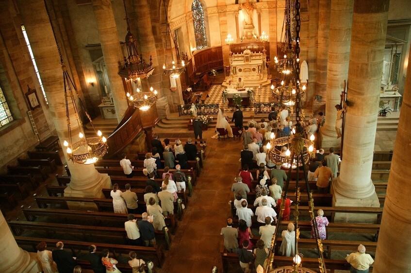 Církevní obřad v kostele je velmi formální.