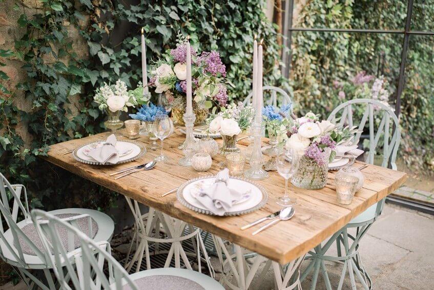 Založený svatební stůl připravený na intimní hostinu.