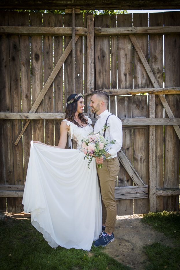 Svatební focení u stodoly.