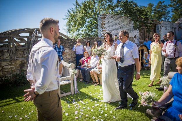Svatební obřad na zahradě.