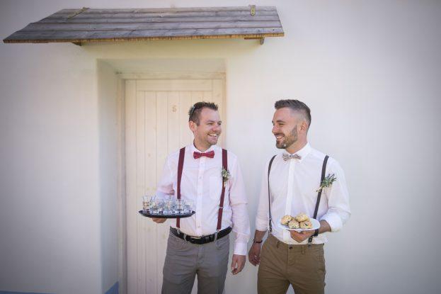 Svědek a ženich vítali hosty pálenkou a koláčky.
