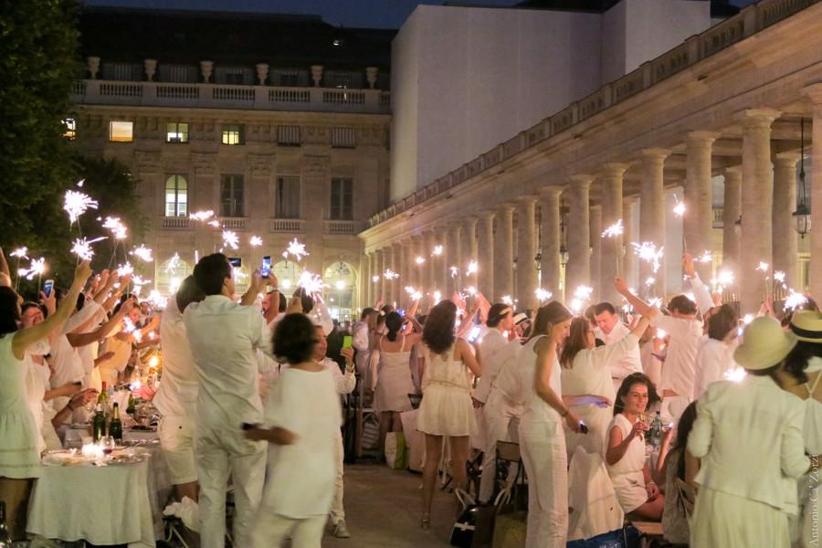 Bílé oblečení je povoleno jenom pokud je to výslovně uvedeno v pozvánce.