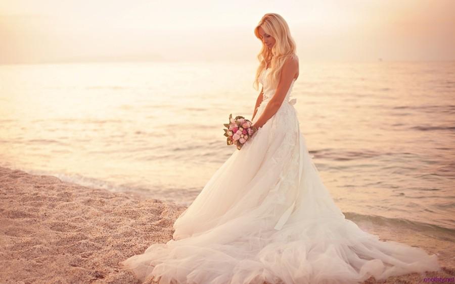 Krásné svatební fotky u moře při západu slunce.