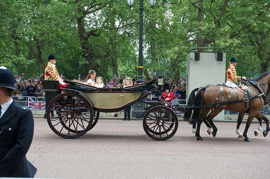 Po břadu čeká novomanžele projížďka otevřeným kočárem.