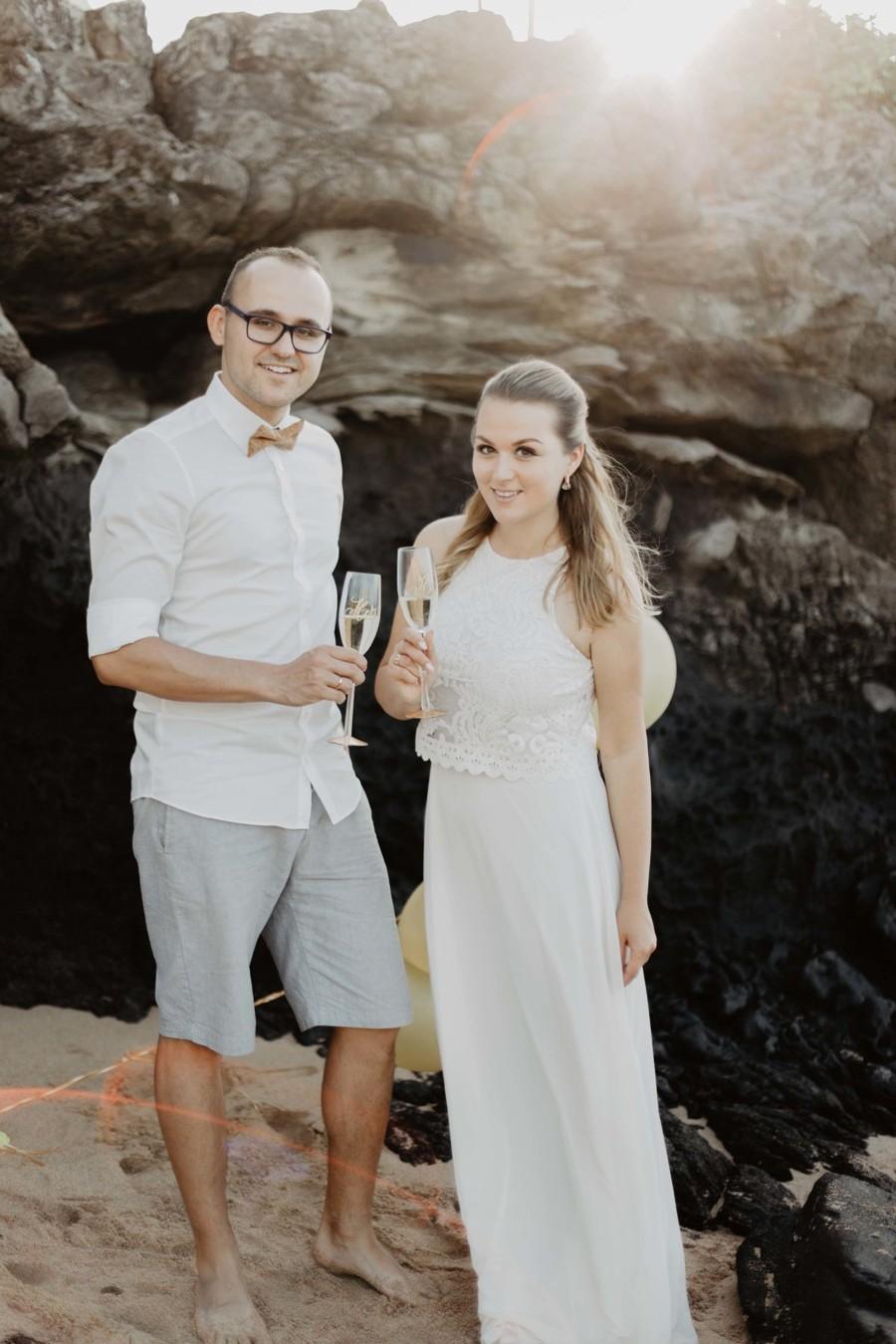 Přípitek novomanželů po obřadu.