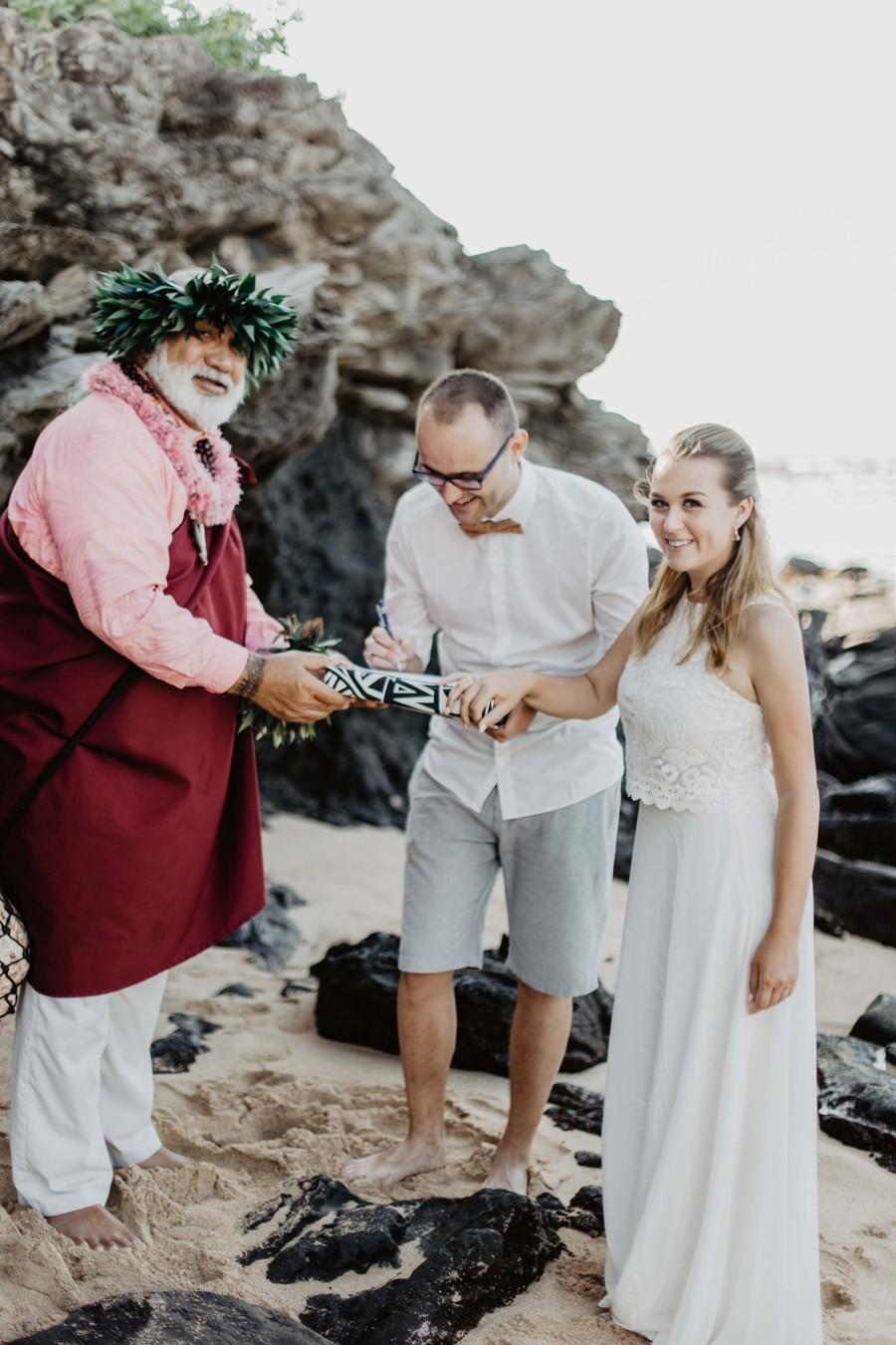 Podpis svatební smlouvy na pláži.