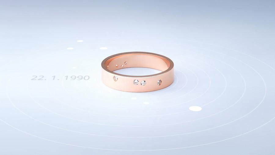 snubní prsten, který zachycuje postavení planet.