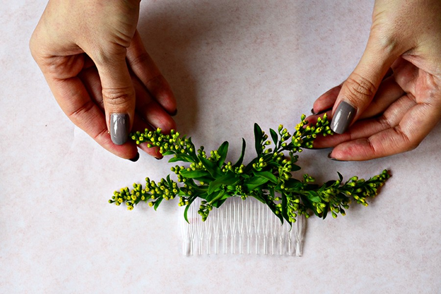 Začněte lepit na hřebínek jednu květinu za druhou.