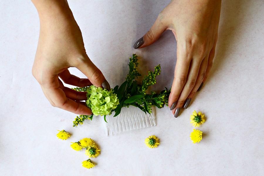 Začněte většími květy a následně doplňte menšími.
