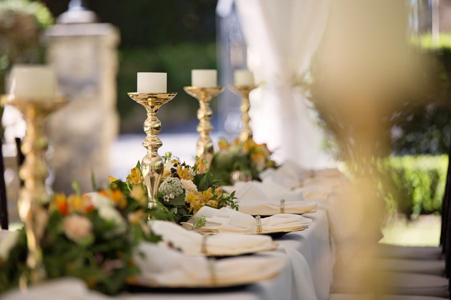 Dlouhé svatební tabule se vejdou všude a jsou nejpraktičtější z pohledu dekorací.