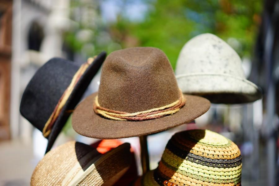 Předávání čepice nebo klobouku je vtipná hra pro pozdní hodiny.