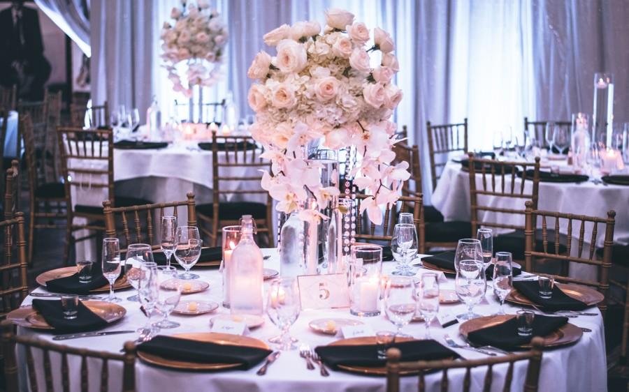 Kulaté stoly na svatební hostině jsou nejstylovější variantou.