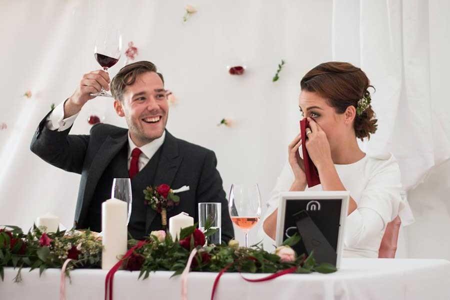 Stůl jen pro novomanžele neboli sweetheart table můžete najít i na českých svatbách.