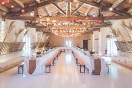 Rozložení stolů na hostině – výhody anevýhody uspořádání svatební tabule