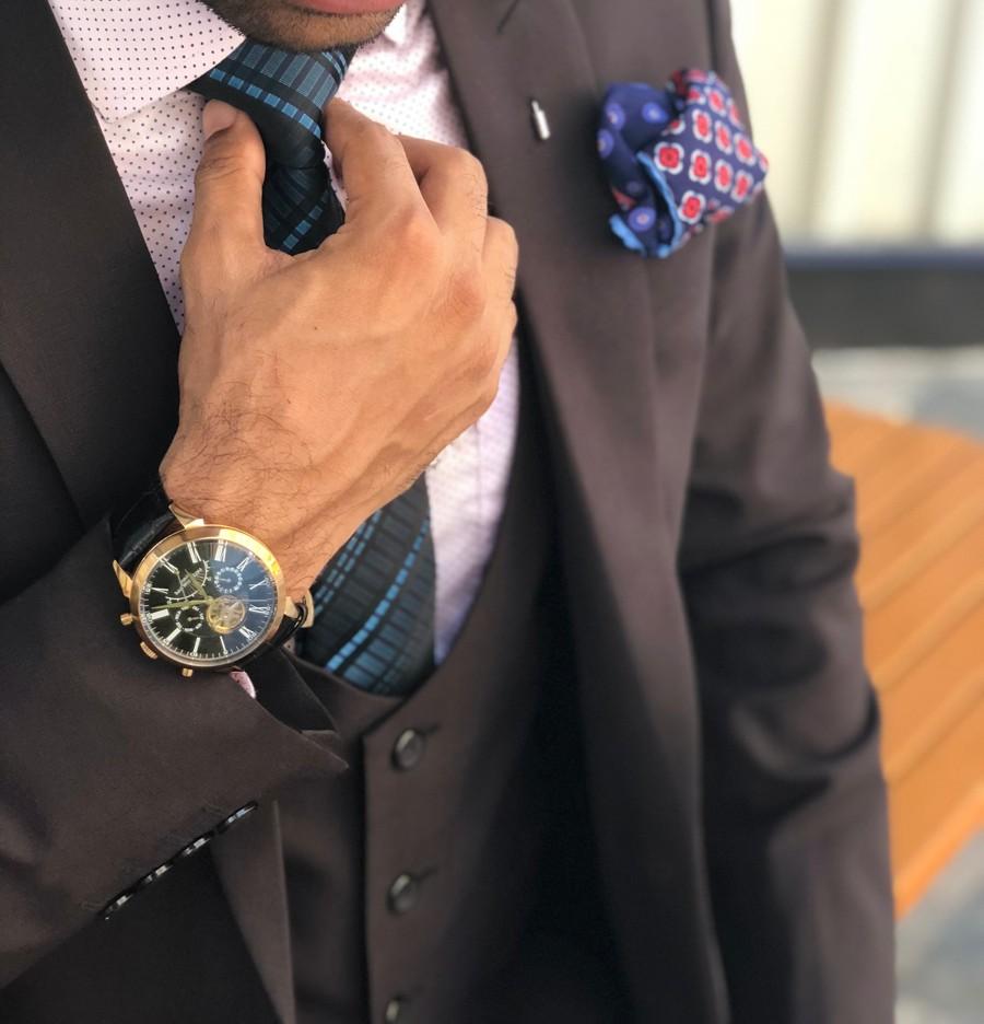 Stylový gentleman s oblekem a doplňky podle nejnovějších trendů.