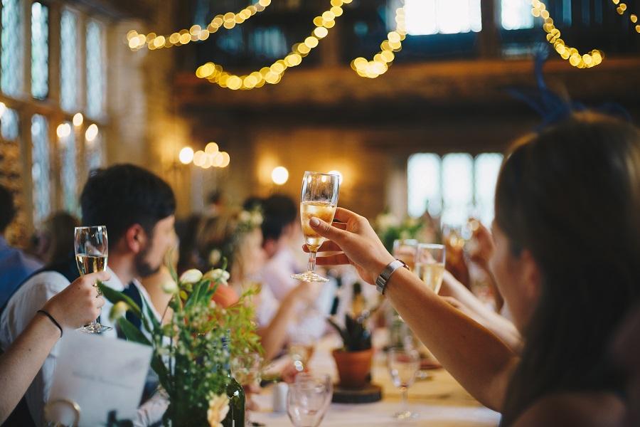 Svědek na svatební hostině se stará o proslov a přípitek