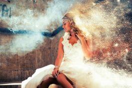 Kreativní svatební fotografie? Zničte své svatební šaty!
