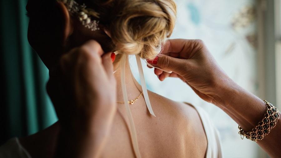 Svědek na svatbě pomáhá nevěstě se vším, co je potřeba