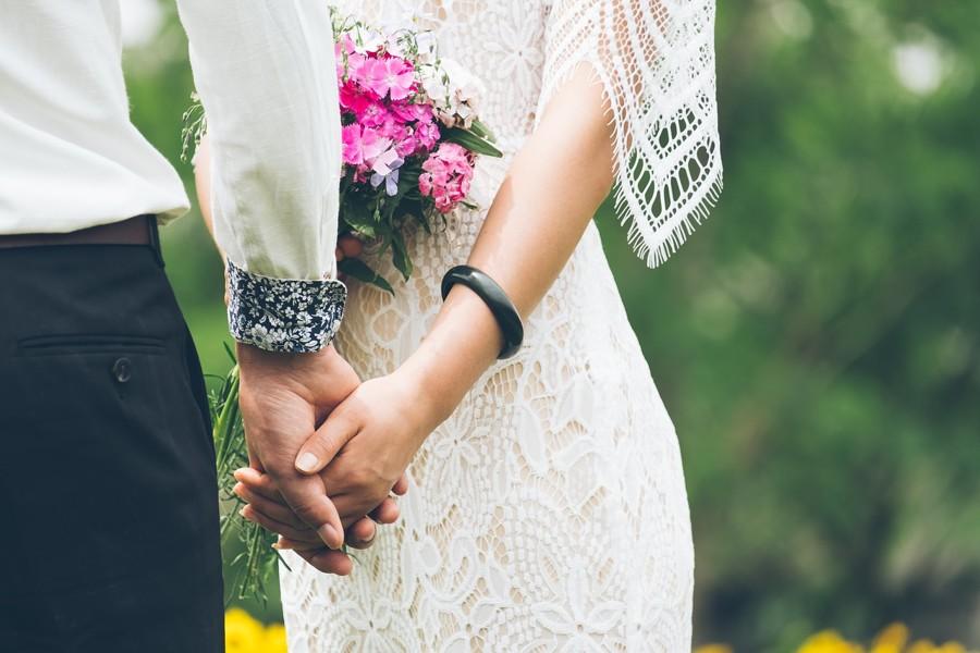 Boho svatbu dolaďte lučním kvítím a oslavou uprostřed přírody.